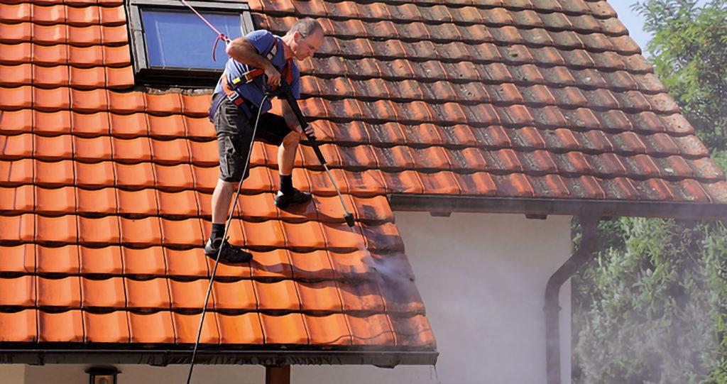 Mitarbeiter bei der Dachreinigung