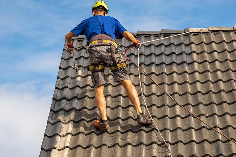 Mitarbeiter auf dem Dach bei der Dachbeschichtung in Mainz