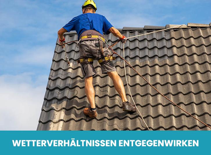 Während der Arbeit bei der Dachbeschichtung
